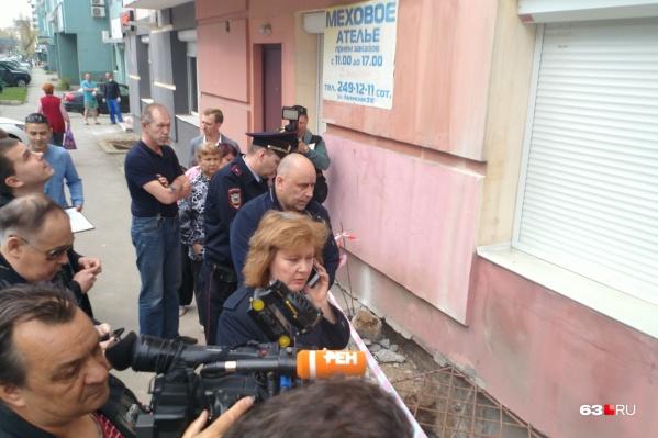 У спорного подвала побывала целая комиссия: с главой района и полицией
