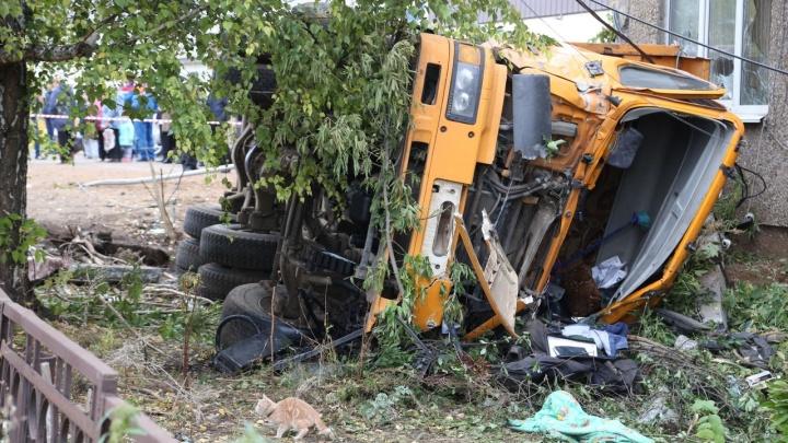 Момент ДТП под Уфой: камеры наблюдения засняли, как грузовик насмерть сбил девочку