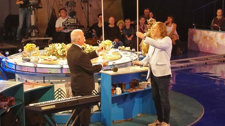 «Сюда приезжают не слова отгадывать»: челябинец выиграл «Поле чудес» и нарядил Якубовича в Зелибобу