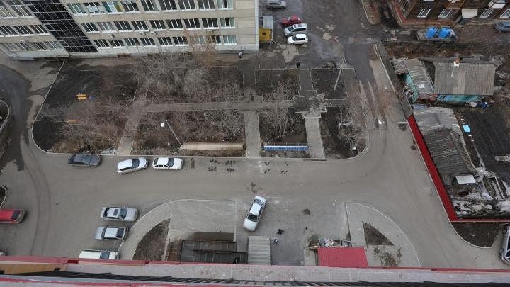 Молодая девушка выпала с 7-го этажа на козырёк подъезда