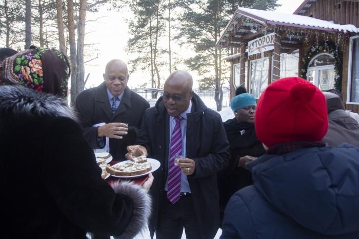 Делегацию встретили едой и традиционными русскими напитками
