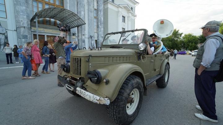 Губернский оркестр проехался по Перми на ретро-автомобилях и сыграл музыку из фильмов. Видео