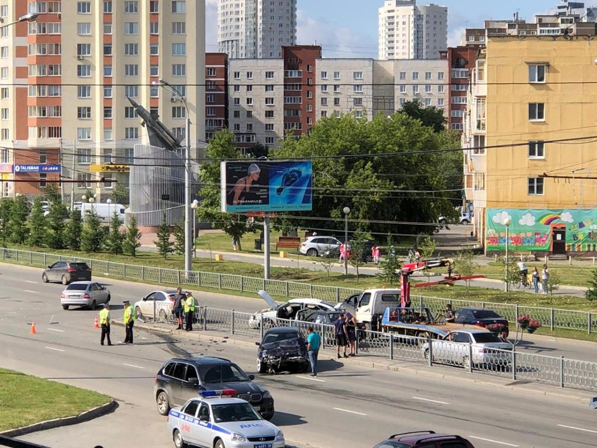 Такая серьезная авария усложнила дорожную ситуацию на проспекте Космонавтов