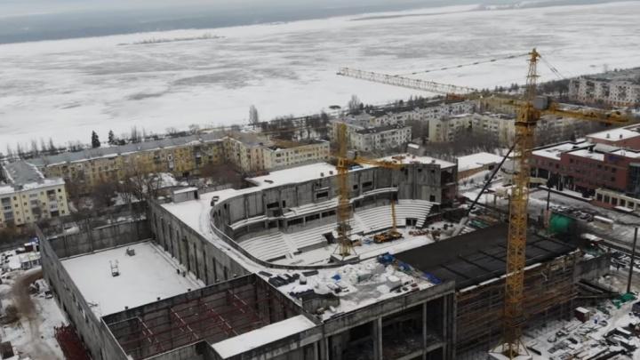 Стены скоро замкнут: смотрим с высоты за стройкой Дворца спорта на Молодогвардейской