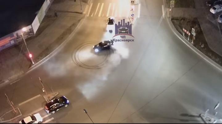 Стритрейсер наворачивал круги у перекрестка на «Взлётке» и был оштрафован по видео в соцсетях