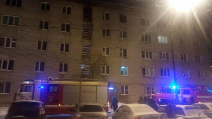 Люди выбегали на улицу без обуви: ночью в Тарманах в пятиэтажке горела квартира
