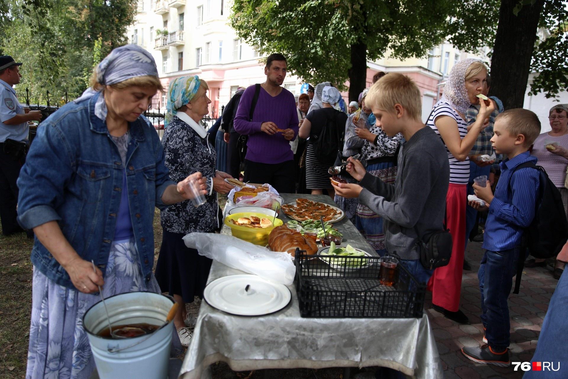 Перед дорогой к Толге православные поели на свежем воздухе