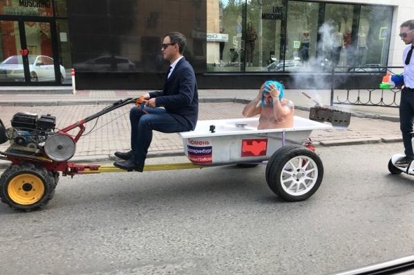 По Екатеринбургу прокатился мотоцикл с ванной и мангалом. После таких поездок тюменца Эдуарда Филиппова позвалина Первый канал