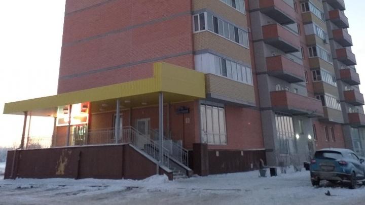 Повешенное тело мужчины нашли в подъезде 16-этажки на Созидателей