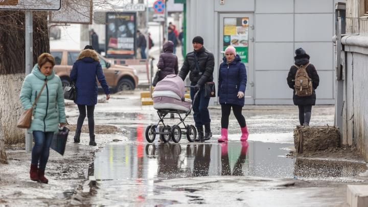 «Пусть бегут неуклюже»: историческая лужа в центре Волгограда встречает свою 26-ю весну