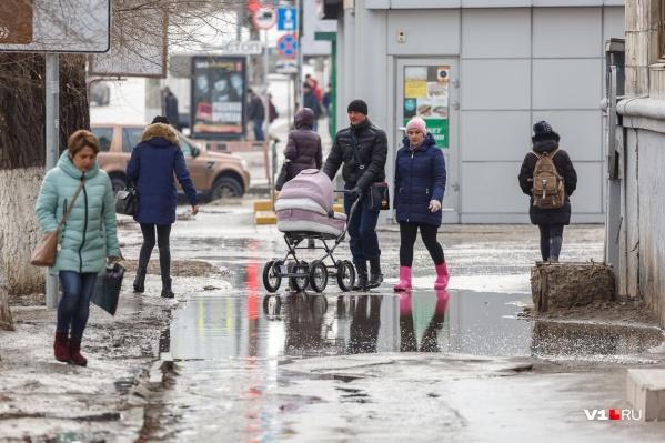 Первый день весны историческая достопримечательность Волгограда встретила на своем прежнем месте