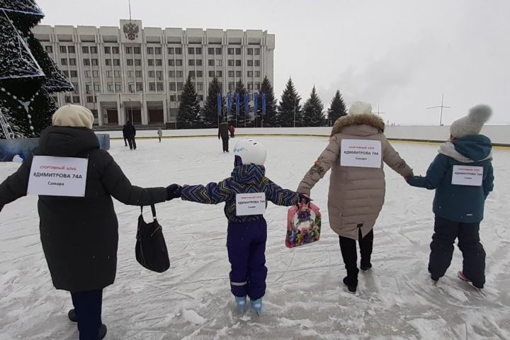 Такой необычный «митинг» провели дольщики Димитрова, 74а перед «белым домом» 11 января<br>
