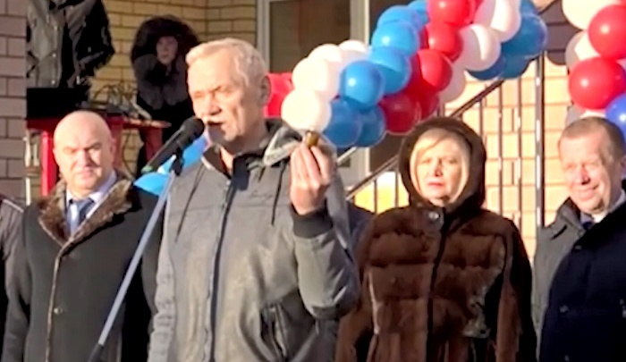 Депутат Госдумы на открытии школы подарил чиновникам банку вазелина