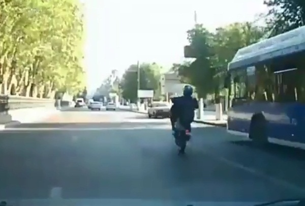 Байкер на заднем колесе пронёсся по центру Волгограда: видео