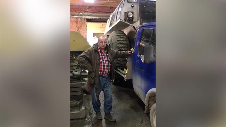 Плавает и по грязи лазит: новосибирец за 3 года собрал в гараже аналог известного вездехода