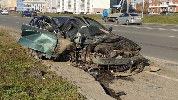 «Стал похож на кабриолет»: BMW снёс столб на оживлённой улице в Челябинске