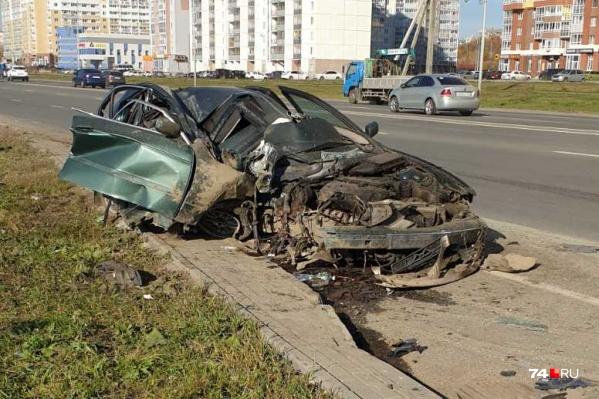 BMW после встречи со столбом превратился в груду металла. Очевидцы сравнили его с кабриолетом