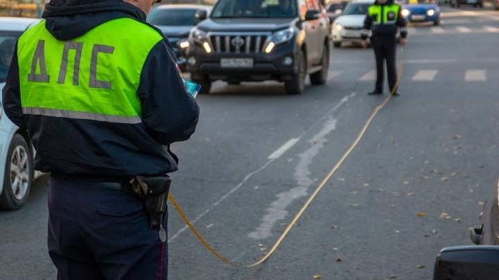 На улице Авроры мотоциклист проехал на красный и сбил женщину