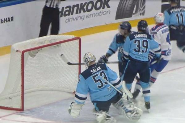 Новосибирские хоккеисты пропустили три шайбы