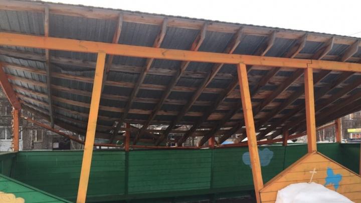 «Рабочие задели конструкцию»: на веранде в детском саду Архангельска из-за снега обвалилась кровля