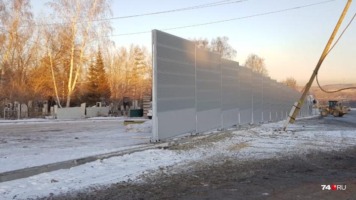 Мэр Челябинска объяснила необходимость защитных экранов вокруг кладбища