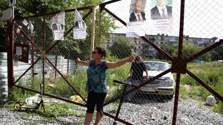 «Выходим каждый день в семь утра»: во двор раздора на Калинина вновь нагрянули строители с охраной