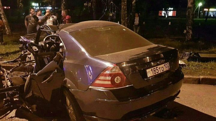 В Башкирии иномарка влетела в столб: погибли двое молодых людей