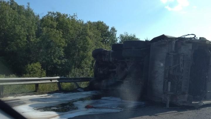 «Видимо, перегрузили»: на въезде в Самару перевернулся автомобиль с мусором