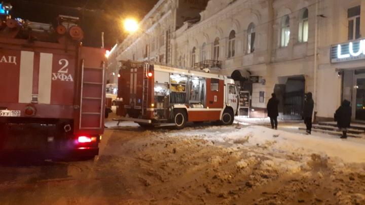 В центре Уфы загорелось кафе, расположенное в жилом доме
