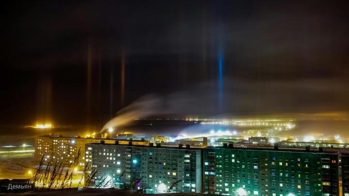 Столбы света повисли над Норильском этой ночью. Что это такое?