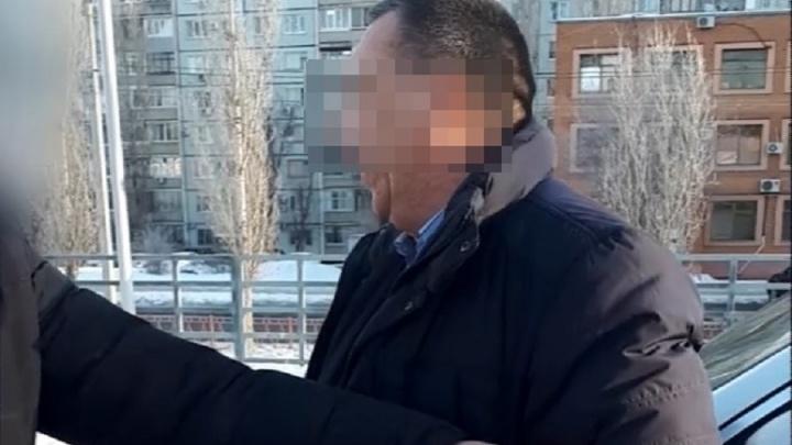 В Волгограде на парковке OBI с крупной взяткой задержали предпринимателя