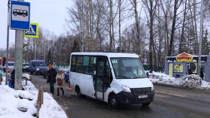 На 24-й Северной маршрутка сбила 20-летнюю девушку на переходе
