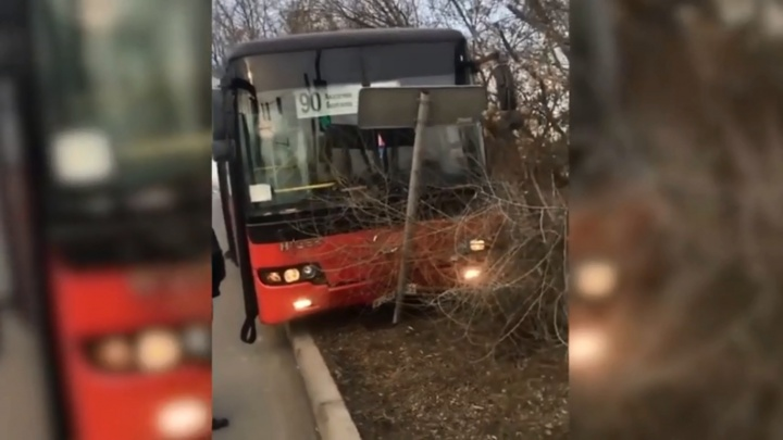 Водитель автобуса снес знак на Семафорной и разгневал пассажиров