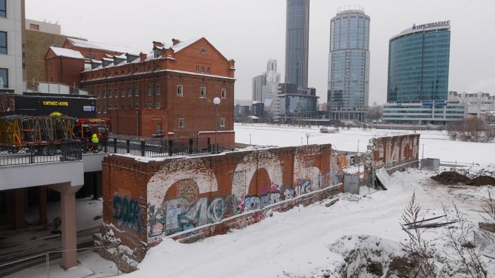 У Макаровского моста снесут старинную стену, которую Тимофей Радя превратил в арт-объект