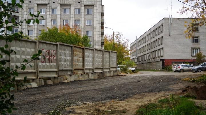 Жильцы пяти домов на Коломенской в Перми жаловались, что им перекрыли дорогу. Для них построят новую