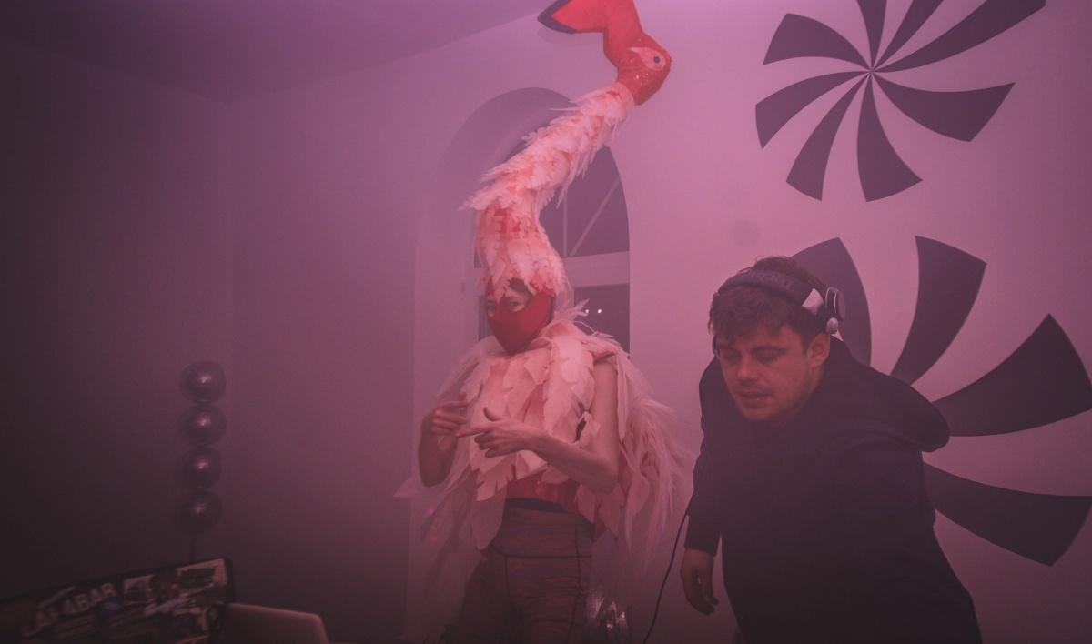 Животные на вечеринке были самые разные, даже вот розовый фламинго