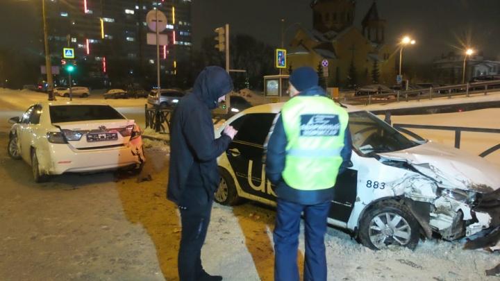 На Белинского столкнулись машина Uber и белая Toyota, пострадали двое