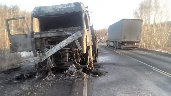 «Перевозили деревянные поддоны»: на трассе М-5 в Челябинской области вспыхнула фура