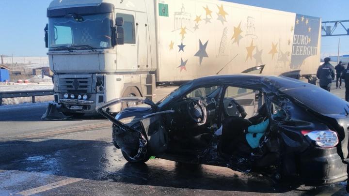 Под Ачитом Lada влетела в грузовик: погибли пассажиры, в том числе беременная женщина