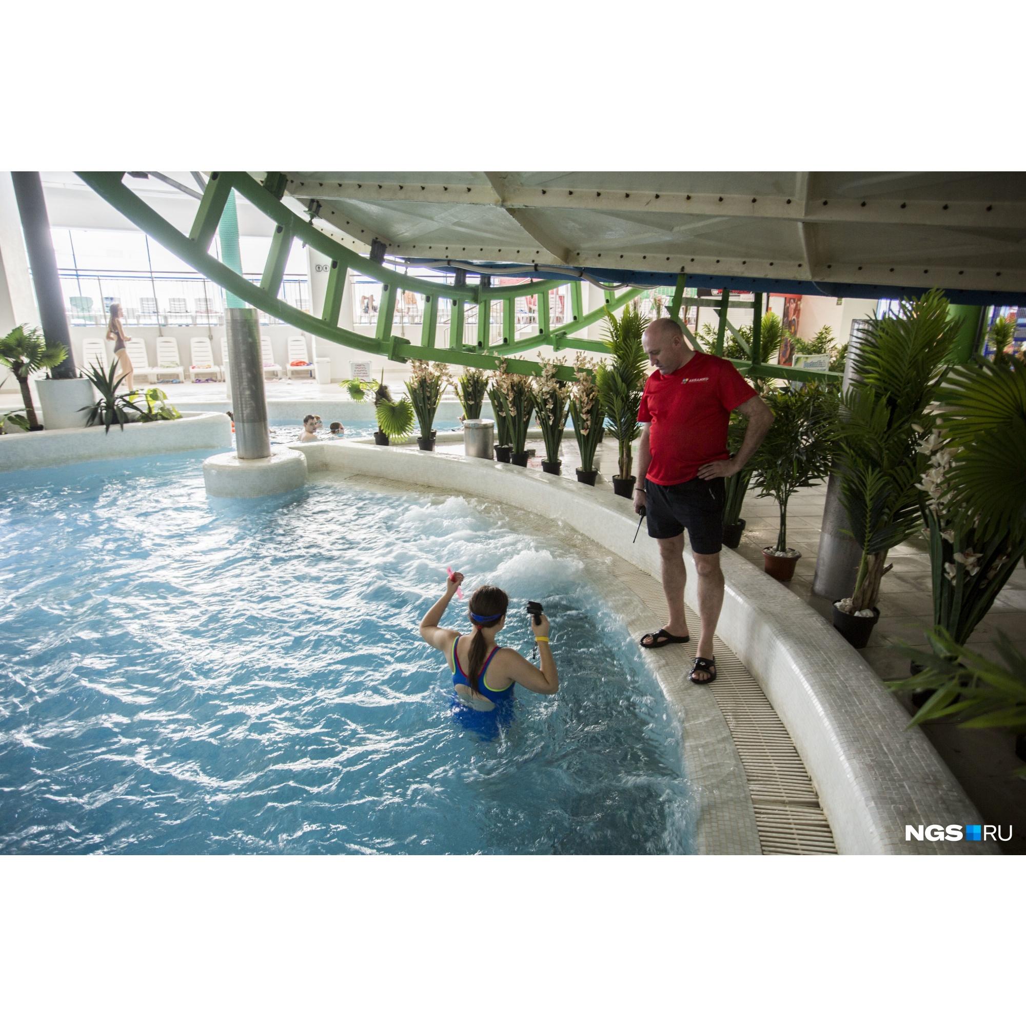Корреспондент НГС, для того чтобы снять лавочку, опускалась под воду строго под присмотром спасателей