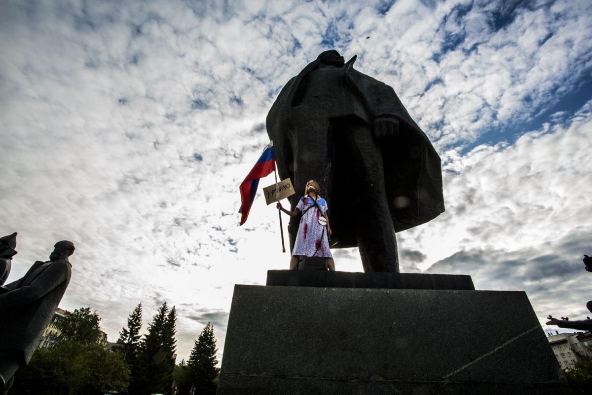 Девушку, приковавшую себя к монументу, отпустили изновосибирской милиции