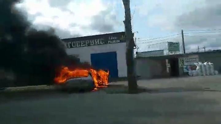 Напротив автосервиса в Челябинске сгорел «Мерседес»