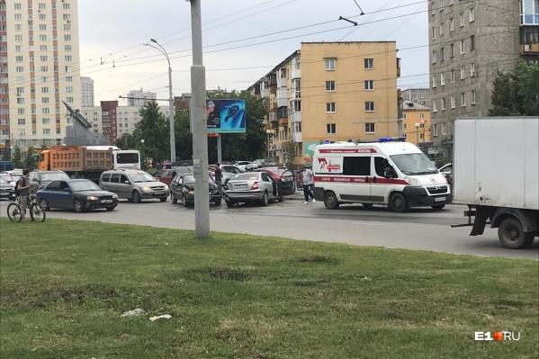 По сообщениям очевидцев, в аварии есть пострадавшие