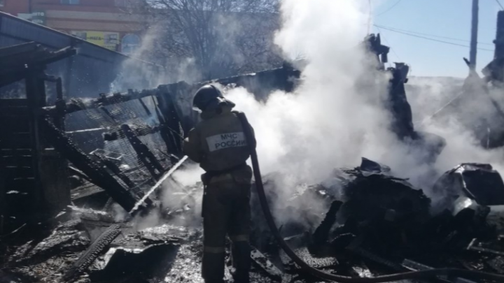 «Заперли снаружи»: в Челябинской области спасатели вытащили из горящего дома двух малышек