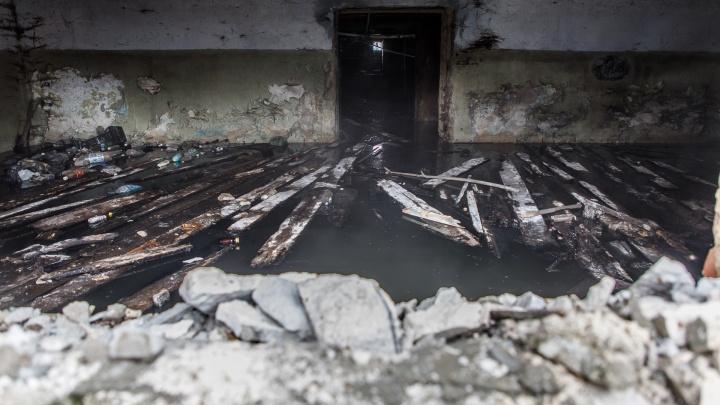 «Поставили моторчик»: из подвала-«бассейна» общежития в Волгограде откачивают воду