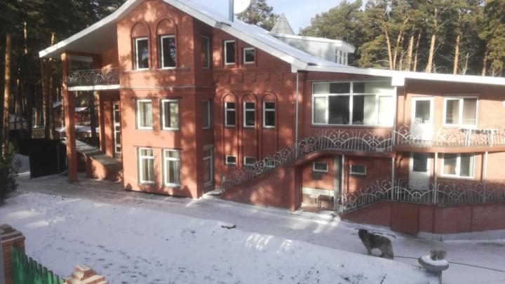 На Удачном на продажу выставили огромный коттедж с двумя однокомнатными квартирами и пристанью