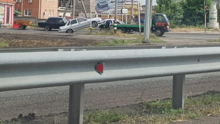 Шлепнулся на землю: в Самарской области ВАЗ-2115 выпал из кузова эвакуатора