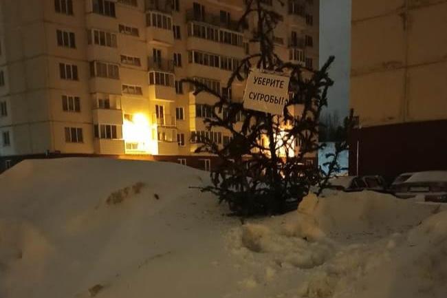 Жители улицы Татьяны Снежиной не знают уже как обратить внимание на огромные сугробы у себя во дворе