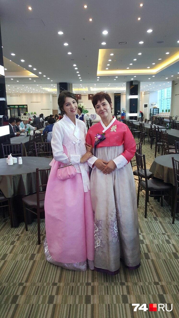 На свадьбу к Зое из Челябинска прилетала её мама. На фото они в ханбоках — национальных костюмах кореянок