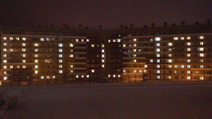Студенты СФУ написали слово «Россия» из горящих окон в общежитии
